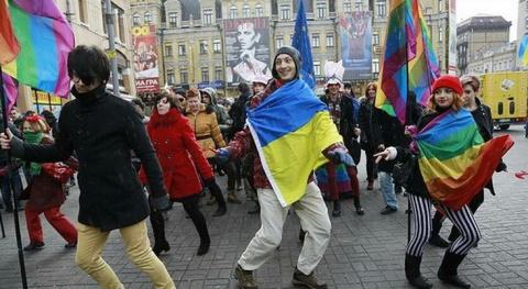 Организаторы гей-парада треб…