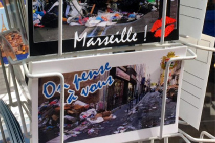 Туристам во Франции начали продавать открытки с автоматами Калашникова и мусором