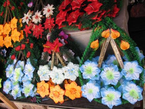 Вот почему церковь просит не носить на могилы искусственные цветы
