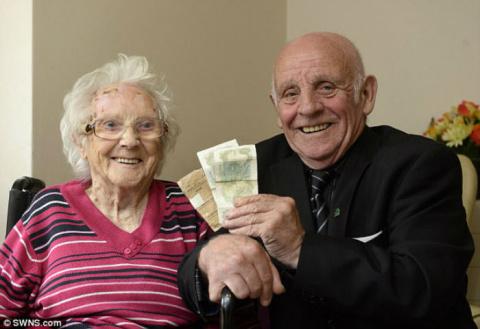 15-летний парень отдал матери первую зарплату и нашел ее в ящике через 62 года