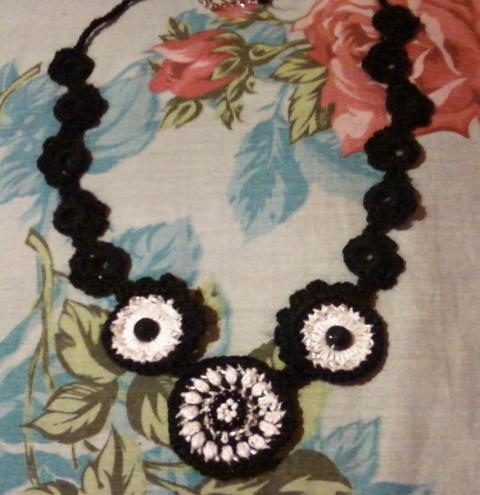 Черно-белое колье,вязанное крючком