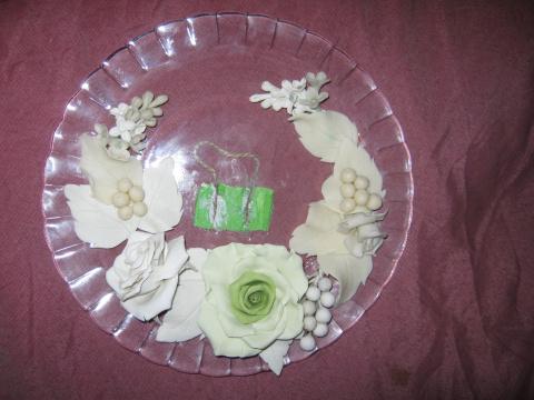 """Из холоднрго фарфора лепим цветы,листья и ягоды.Когда они высохнут,берём тарелочку,обезжириваем её,и приклеиваем наши цветочки-листочки на клей""""супер момент гель"""".С обратной стороны я приклеила петельку,т.к. тарелочка будет висеть на стене.А затем всё красим краской из балончика,одну и другую стороны."""