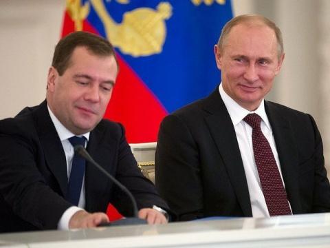 Путин поручил Медведеву пров…