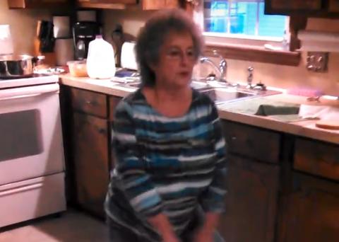 Женщина готовит ужин и неожи…