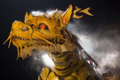 Огнедышащий дракон-лошадь и гигантский паук в Пекине