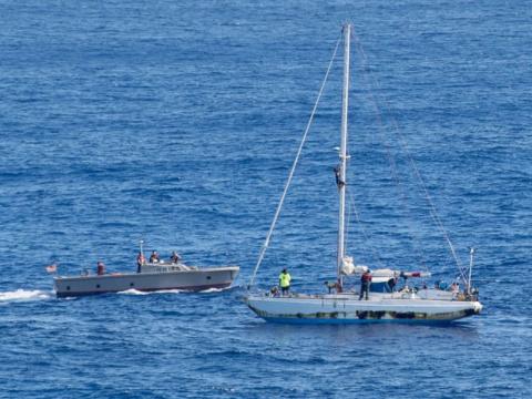 ВМС США спасли двух женщин с собаками, пять месяцев дрейфовавших в Тихом океане