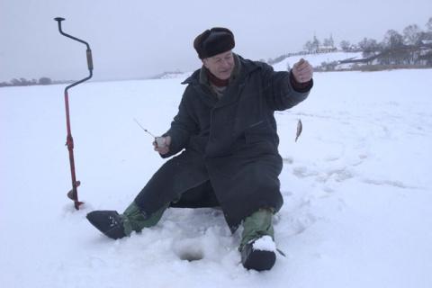 В Рыбинском море на льдине унесло восемь рыбаков