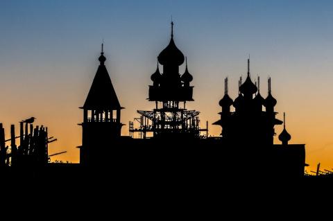 В Карелии запечатлели, как реставрируют церковь на Кижи