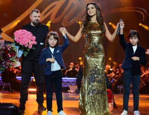 Зара в Кремле удивила всех: оркестр, Мирей Матье, невероятные платья, дождь на сцене
