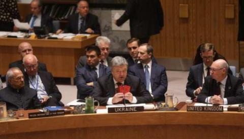 Порошенко в ООН показал военные билеты «российских солдат»