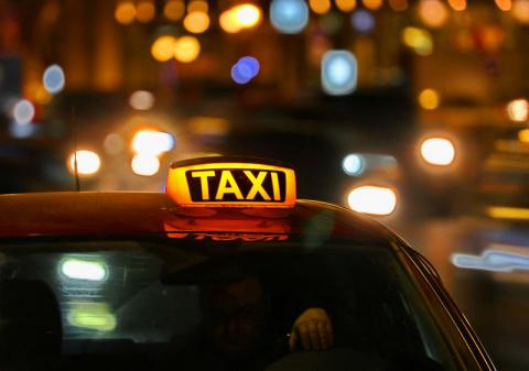 Таксист приехал на вызов грабителей к собственному дому