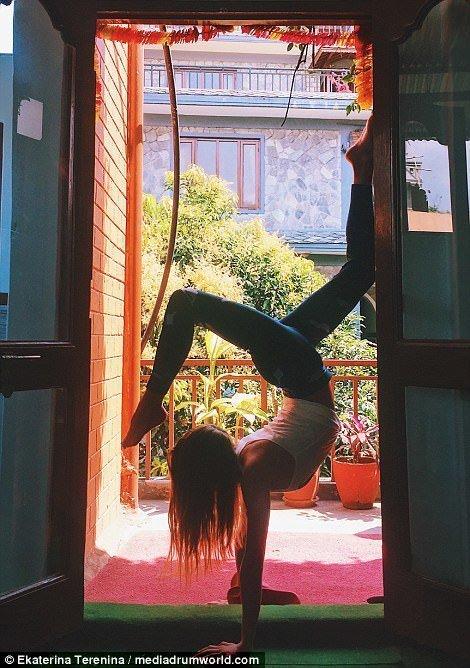 Йога и путешествия: девушка …