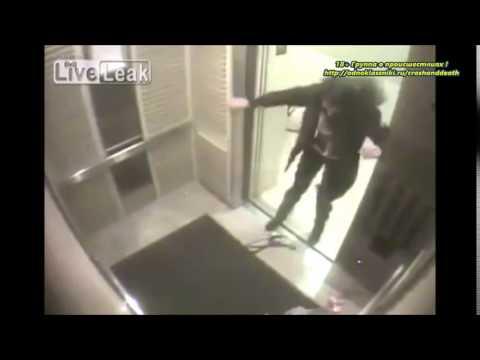 Она зашла в лифт с двумя бол…