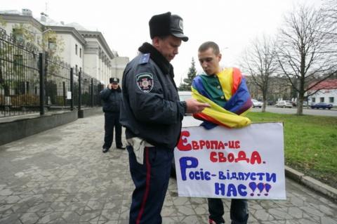 Европа недовольна!!!  Плохо Украина геев защищает…