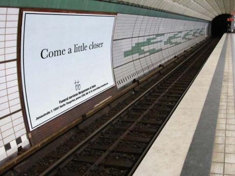 """Оригинальная реклама ритуальных услуг -"""" Подойди чуть ближе"""""""