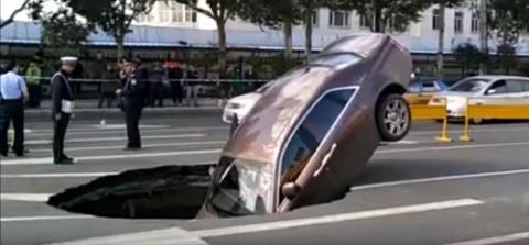 Роскошный автомобиль провалился в дорожную яму