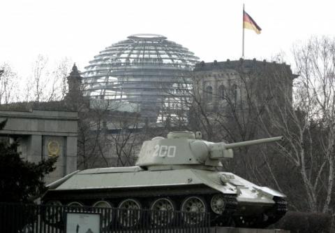 Немецкие СМИ призвали бундестаг убрать танки Т-34 с мемориала советским воинам в Берлине