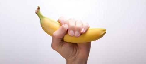 Она опустила банан в кипящую…