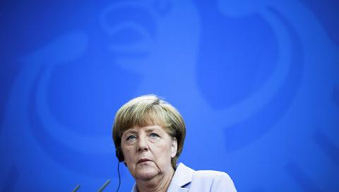 Меркель шокирована и опечалена инцидентом с подрывом автомобиля под Луганском