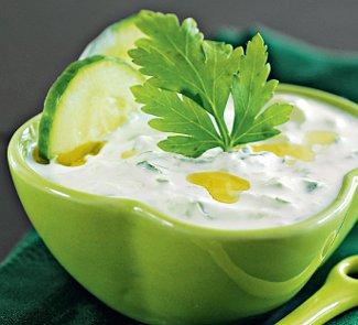 Цацики - соус-закуска из йогурта, свежего огурца и чеснока.