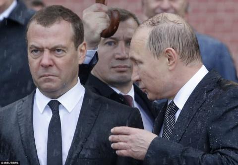 Путин попал под сильнейший ливень. Хорошие кадры видео и фото.