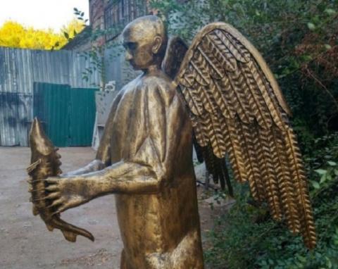 Житель Астрахани сделал скульптуру Путина. С медвежьим телом, крыльями и осетром в руках