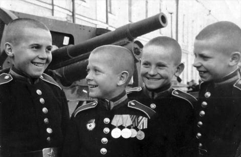 Зачем Сталин учредил Суворов…