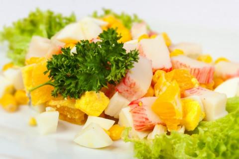 Новогодние рецепты: Салат из крабовых палочек с апельсинами
