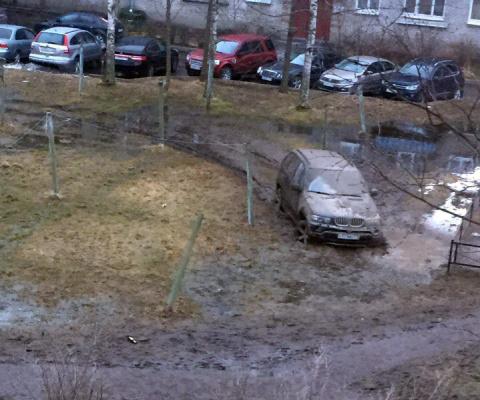 Застрявший на газоне BMW меш…