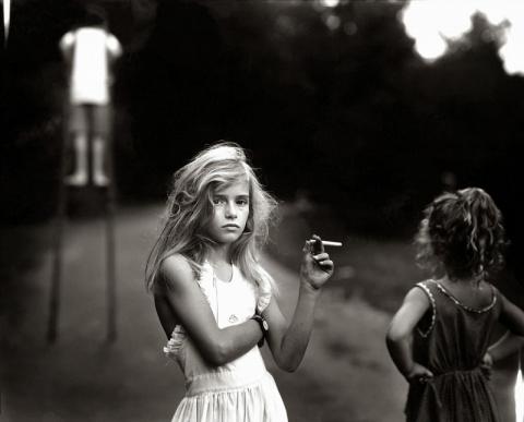 На автора этих неоднозначных снимков подростков посыпался шквал критики