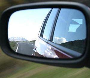 Так вот зачем в машине зеркала...