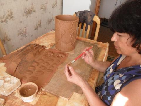 Начинаем собирать композицию.Каждую деталь смазываем жидкой глиной,иначе при обжиге детали отстанут от изделия.