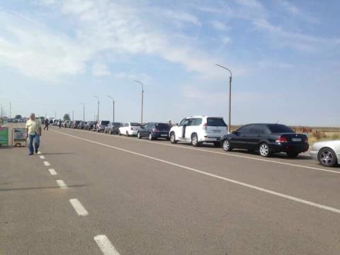 На границе с Крымом в очереди под палящим солнцем женщина потеряла сознание — Журавко