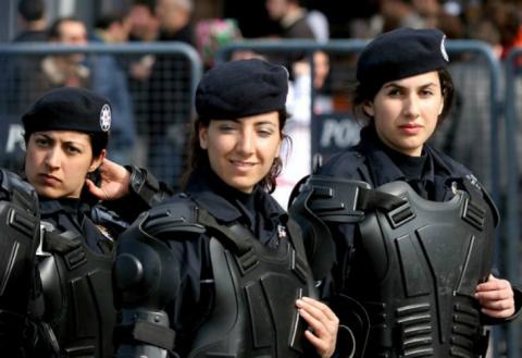 В Париже сотни женщин-полице…