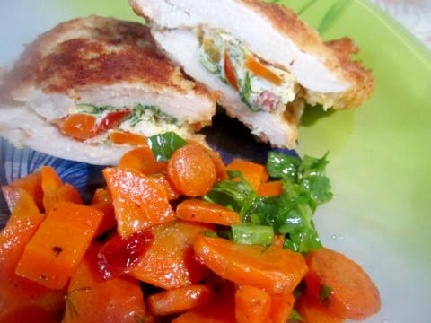 Куриная грудка фаршированная омлетом с морковным гарниром