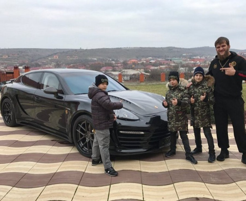 Наследники Кадырова подогнали тренеру Porsche Panamera