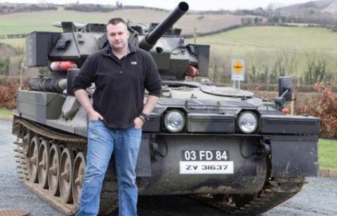 Парень обзавелся личным танком, чтобы кататься в магазин и на прогулки