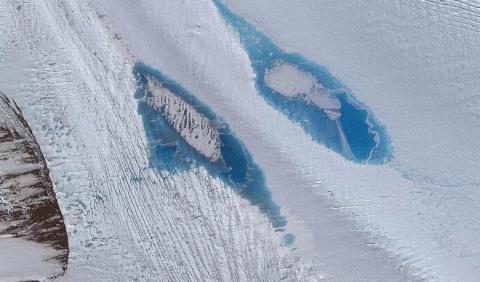 Внезапно появившиеся в Антарктиде голубые озера напугали ученых