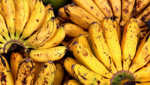 Смешайте бананы мед и воду: …