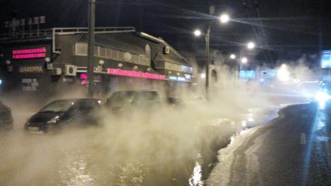 На Софийской улице машины провалились под асфальт из-за прорыва трубы