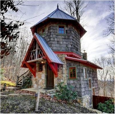 Дом мечты — снаружи он напоминает теремок, да и внутри оформлен как сказочное жилище
