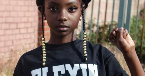 Ее дразнили за цвет кожи, а она в свои 10 лет запустила собственную линию одежды
