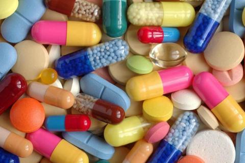 Дорогие лекарства и их более дешевые аналоги. 13 способов сделать красивый макияж с помощью ложки