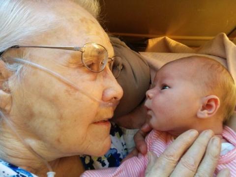 Фотографии бабушек и дедушек, которые впервые видят внуков. Доставайте платочки
