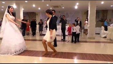 Девушка танцует лезгинку на свадьбе - браво!