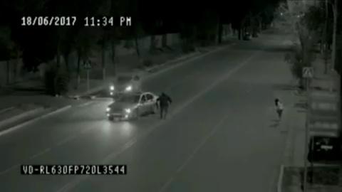 Ночью скрытая камера случайно засняла призрака, спасшего девушку…