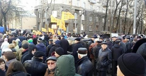 СРОЧНО: В Киеве захватили приемную Кабмина и требуют импичмента Порошенко