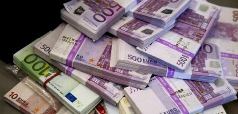 Блондинка участвует в викторине с призом в 1 миллиoн евро. Ей задают такие вопросы