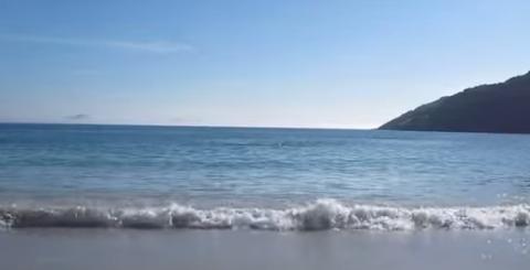 Он просто снимал море и пляж…