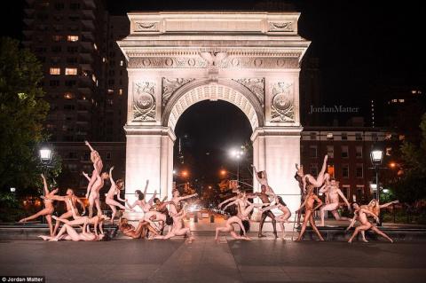Сотни балерин по всему миру …